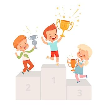 아이들에게 수여. 귀여운 소년과 소녀가 컵을 들고 받침대에 서서 승리를 기뻐합니다. 아이들이 대회에서 우승했습니다. 만화 플랫 흰색 배경에 고립.