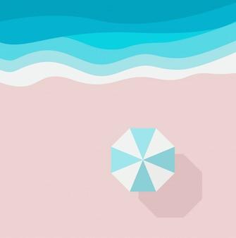Лазурный песчаный пляж, кусок моря или океана и пляжный зонт, вид сверху.