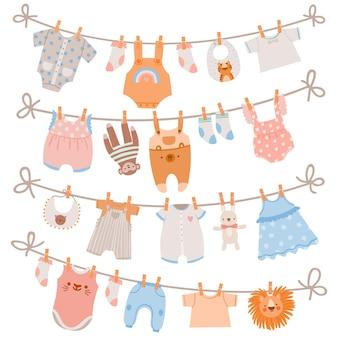 밧줄에 아기 옷입니다. 신생아 의류, 양말, 드레스 및 장난감이 빨랫줄에 매달려 있습니다. 아이들은 빨래집게 벡터 세트에서 빨래를 말립니다. 그림 아기 의류는 밧줄, 의복 및 착용에 매달려 있습니다.