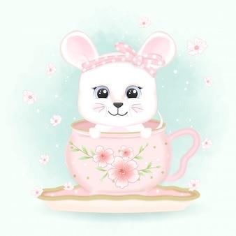 차 컵과 꽃에 아기 마우스