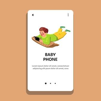 아기 전화 재생 아이와 바닥 벡터에 누워. 재미있는 여가 시간을 위해 아기 전화, 전자 게임 또는 디지털 장비를 가지고 노는 작은 아이. 캐릭터 웹 플랫 만화 일러스트 레이션