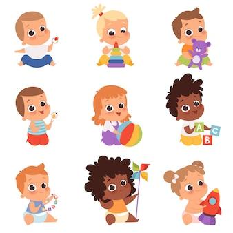 赤ちゃんが遊んでいます。かわいい小さな子供たち新生児1歳の赤ちゃんのキャラクターがおもちゃで食べたり座ったりして幸せな子供時代のベクトル漫画。ロケットと立方体で遊ぶ新生児のイラスト