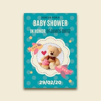 写真を持つ少年のベビーシャワーの招待状のテンプレート