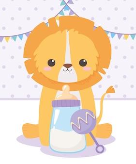 ベビーシャワー、ガラガラとボトルミルクで座っている小さなライオン、お祝い歓迎新生児