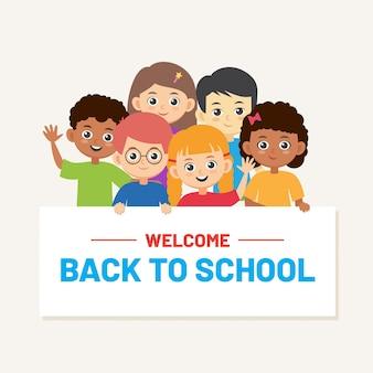 学校の子供たちの男の子と女の子と学校のバナーに戻る。多民族の生徒の笑顔