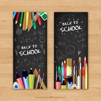 연필과 펜으로 학교 배너 등을 맞댄