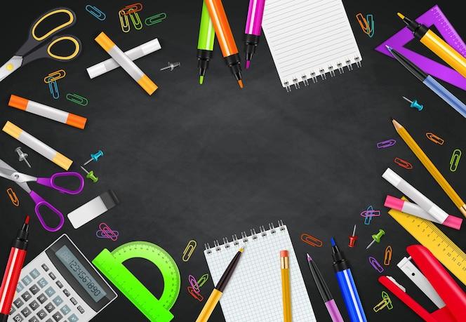 Снова в школу черный мел доска фон с различными стационарными объектами реалистично