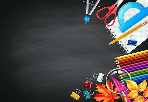 편지지 단풍과 메모장 현실적인 학교 검은 분필 보드 배경으로 돌아 가기