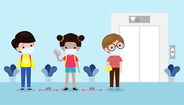 새로운 정상적인 라이프 스타일 개념을 위해 학교로 돌아가서 엘리베이터 리프트를 기다릴 때 거리를 유지하고 얼굴 마스크를 쓰고 사회적 거리를 두는 행복한 아이들은 코로나 바이러스 covid 19 격리 된 벡터를 보호합니다.