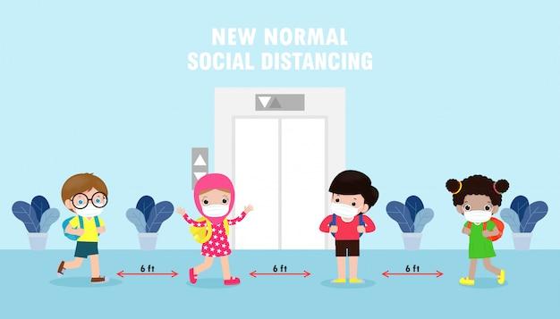 새로운 정상적인 생활 양식 개념을 위해 학교로 돌아가다. 어린이 그룹은 엘리베이터 리프트를 기다릴 때 사회적 거리를 유지합니다.