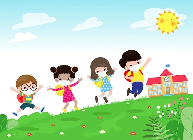 새로운 정상적인 생활 양식 개념을 위해 학교로 돌아가다. 얼굴 마스크와 사회적 거리를 입고 행복 그룹 아이는 여름날 학교에서 초원에 점프 코로나 바이러스 covid-19 배경에 고립 된 보호