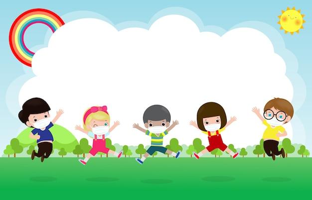 Снова в школу для новой концепции нормального образа жизни. счастливая группа детей в маске и социальном дистанцировании защищает коронавирус covid-19, прыгая на лугу в школе, изолированном на фоновой иллюстрации