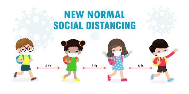 새로운 정상적인 생활 양식 개념을 위해 학교로 돌아가다. 얼굴 마스크와 사회적 거리를 착용하는 행복한 아이들은 코로나 바이러스 covid 19를 보호하고 어린이와 친구 그룹은 학교에 다니고 있습니다.
