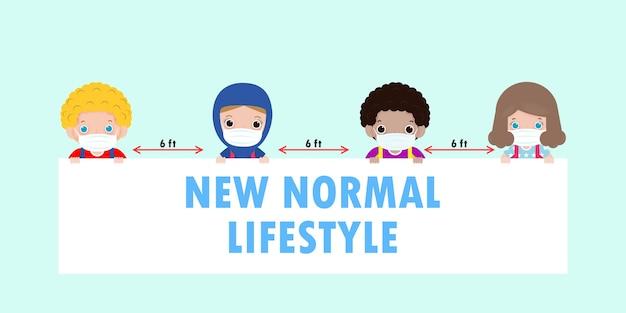 Снова в школу для новой концепции нормального образа жизни. счастливые дети в маске для лица и социальное дистанцирование защищают коронавирус covid 19, группа детей и друзей держат вывеску, изолированную на фоне