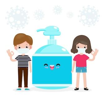 새로운 정상적인 라이프 스타일 개념을 위해 학교로 돌아갑니다. 행복한 학생 얼굴 마스크와 알코올 젤 또는 핸드 워시 젤과 사회적 거리를 두는 귀여운 십대는 코로나 바이러스 또는 covid-19 건강한 배경을 보호합니다