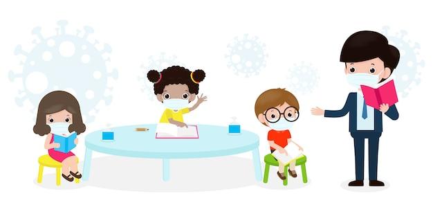 Снова в школу для новой концепции нормального образа жизни. счастливые ученики дети и учитель в маске защищают коронавирус или covid-19 социальное дистанцирование сидят на столе в классе изолированный вектор