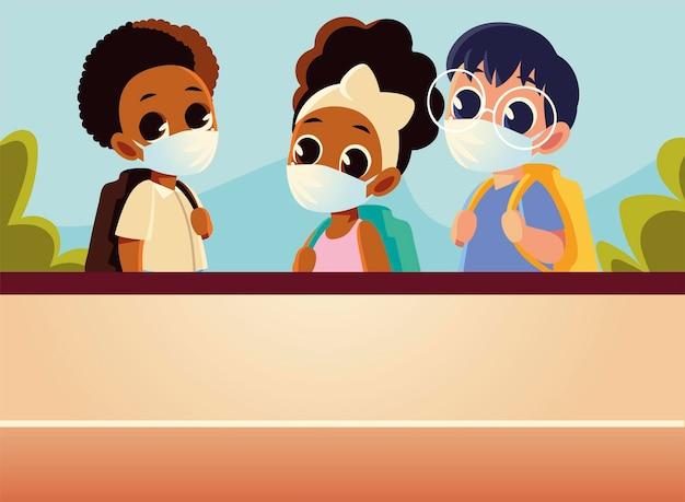医療マスク、社会的距離と教育のテーマを持つ男の子と女の子の学校に戻る