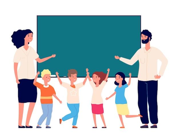 Обратно в школу. дошкольники, учителя у классной доски. изолированный счастливый международный детский класс. летний образовательный лагерь. день учителя векторные иллюстрации. школа и классная доска, обучение студентов