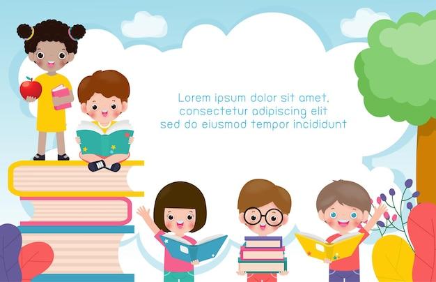 本の教育の概念を読んでいる学校の子供たちと一緒に学校に戻る