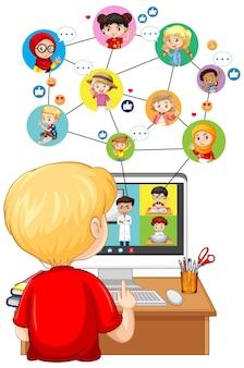 흰색 배경에 온라인 학습을 위해 컴퓨터를보고 소년의 다시보기