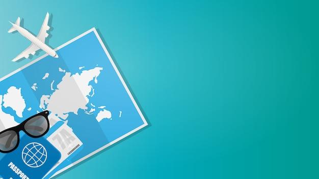旅行バナーの背景。世界地図、パスポート、航空券、サングラス、おもちゃの飛行機。テキストのための場所のポスター。