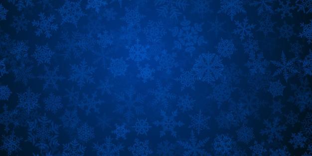 青い色の複雑な半透明のクリスマスの雪片の背景。雪が降る冬のイラスト