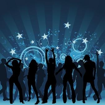 푸른 광선 아래 댄스 플로어에서 즐거운 실루엣 군중의 배경