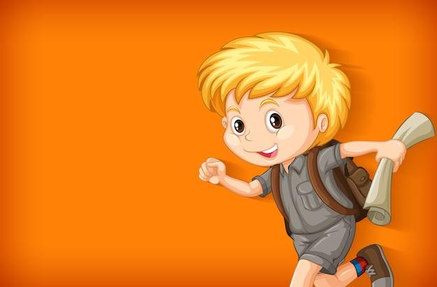 Фоновый шаблон с простой цветной стеной и счастливым мальчиком