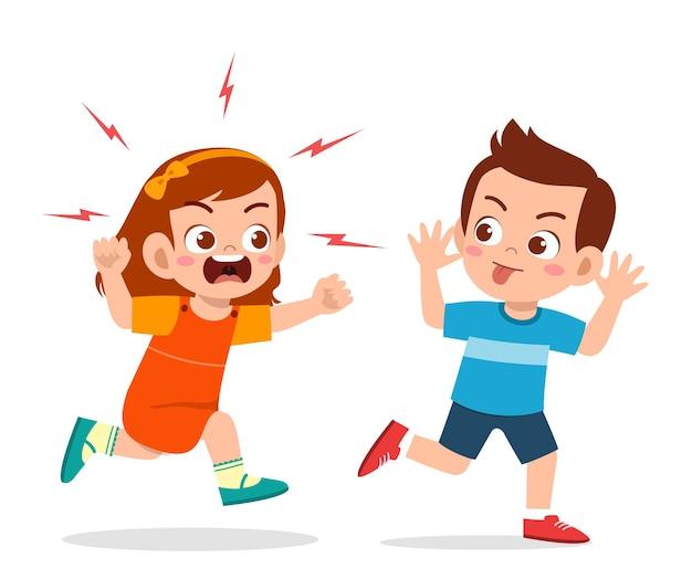 Плохой мальчик бежит и показывает гримасу сердитому другу