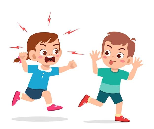 悪い男の子が走って怒っている友達にしかめっ面を見せます