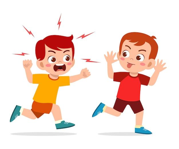 나쁜 어린 소년이 실행하고 화난 친구에게 얼굴을 찡그린 얼굴을 보여줍니다.