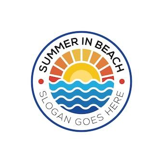 夏のビーチ海岸島、海の海と夏の太陽光線のロゴのバッジのロゴ