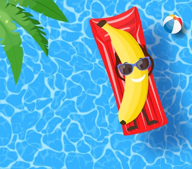 Банан лежит на матрасе над водой