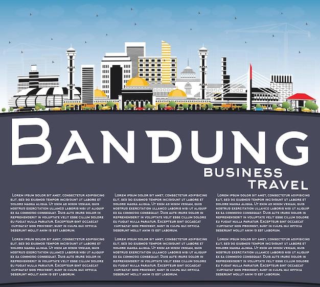 灰色の建物、青い空、コピースペースのあるインドネシアのバンドン市のスカイライン。ベクトルイラスト。歴史的な建築とビジネス旅行と観光の概念。ランドマークのあるバンドンの街並み。