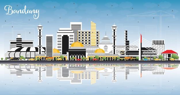 Горизонты города бандунг индонезия с серыми зданиями, голубым небом и размышлениями. векторные иллюстрации. деловые поездки и концепция туризма с исторической архитектурой. городской пейзаж бандунга с достопримечательностями.