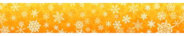黄色のシームレスな水平方向の繰り返しを持つ複雑なクリスマスの雪片のバナー。雪が降る冬の背景