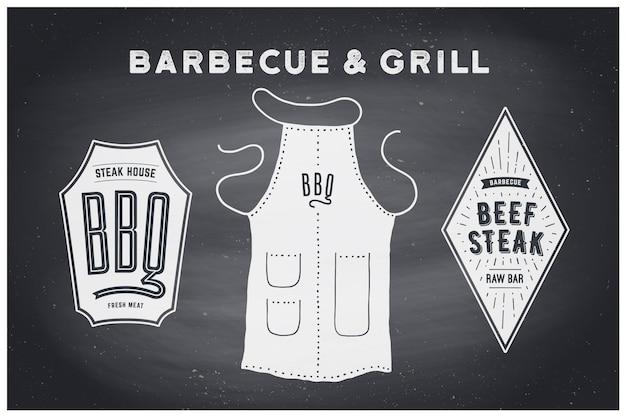 Мангал, мангал. схема и схема постера барбекю - инструменты для мангала. набор принадлежностей для барбекю, фартук, фирменная этикетка, логотип стейк-хауса. черная классная доска, нарисованная от руки, мел. иллюстрация