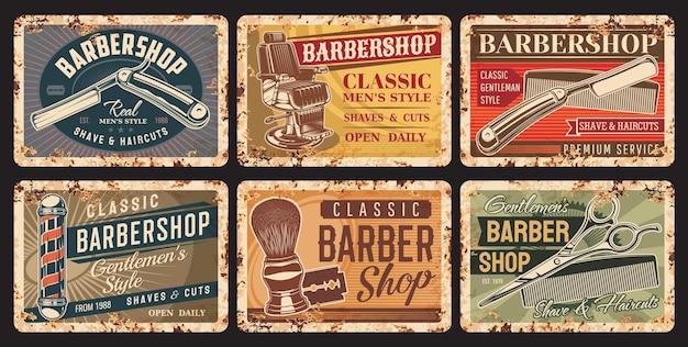 理髪店と散髪のさびたプレート。紳士の美容師、スタイリストまたは理髪店の機器グランジ錫サイン、ストレートかみそり、ヘアカットはさみと櫛、理髪店の椅子とベクトルヴィンテージバナー
