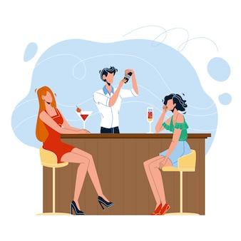 Бармен делает алкогольный коктейль для женщин