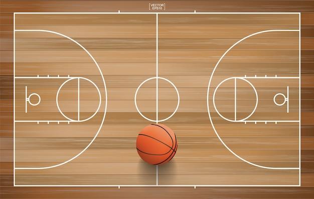 Баскетбольный мяч на деревянном корте.