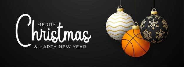 Рождественская открытка баскетбола. с рождеством христовым спортивная поздравительная открытка. повесьте на нитке баскетбольный мяч как рождественский мяч и золотую безделушку на черном горизонтальном фоне. спорт векторные иллюстрации.