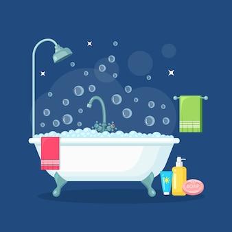 泡だらけの泡だらけのお風呂。バスルームのインテリア。シャワーの蛇口、石鹸、バスタブ、シャンプー、ピンクのタオル