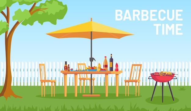 정원에서 바베큐. 만화 여름 야외 뒤뜰 바베큐 파티에는 가구, 우산, 그릴 음식이 있습니다. 휴식을 위해 안뜰 벡터 풍경에서 홈 피크닉. 제품이 있는 외부 테이블, 의자