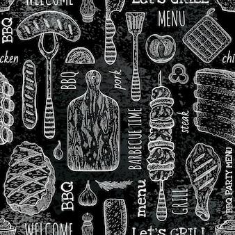 バーベキューのシームレスなパターン、黒のバーベキューの背景にスケッチ黒板スタイルのグリル料理。ミートステーキ、ビーフケバブ、魚、ソーセージ、リブ。バーベキューメニュー。
