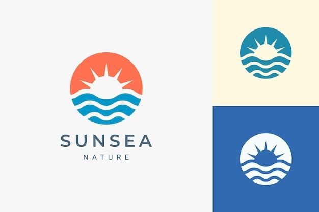 단순한 태양과 바다 모양의 해변 또는 해안 로고