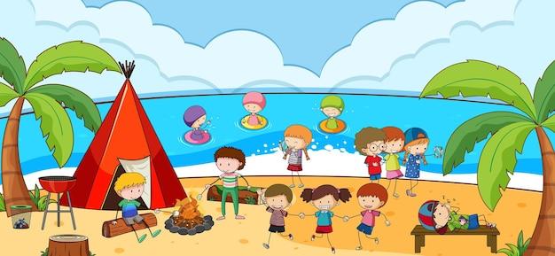 多くの子供たちがビーチでキャンプしているビーチの屋外シーン