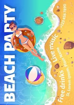 Volantino del fumetto del partito della spiaggia con la donna che galleggia nell'oceano sulla vista superiore dell'anello gonfiabile. biglietto d'invito o poster per l'intrattenimento estivo con bevande gratuite e musica dal vivo