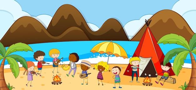 많은 아이들이 만화 캐릭터를 낙서하는 해변 장면