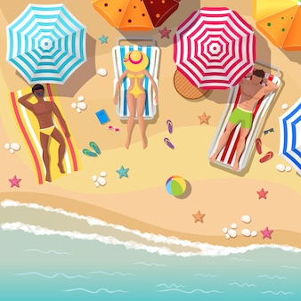 日光浴をする男性と女性のビーチトップビュー。傘と休暇、リラクゼーション夏の観光、休息の海と砂。