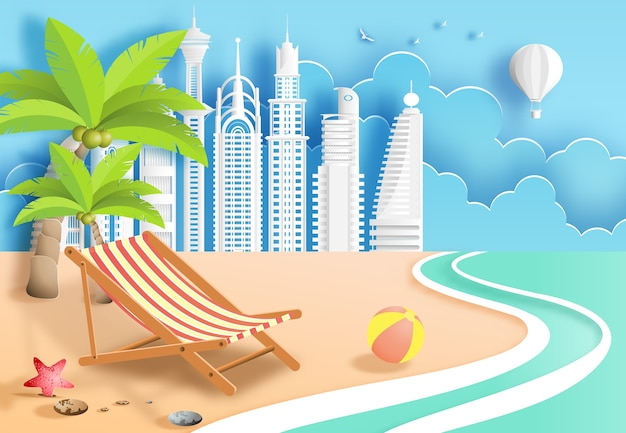 サンラウンジャーとモダンシティの背景を持つビーチ。